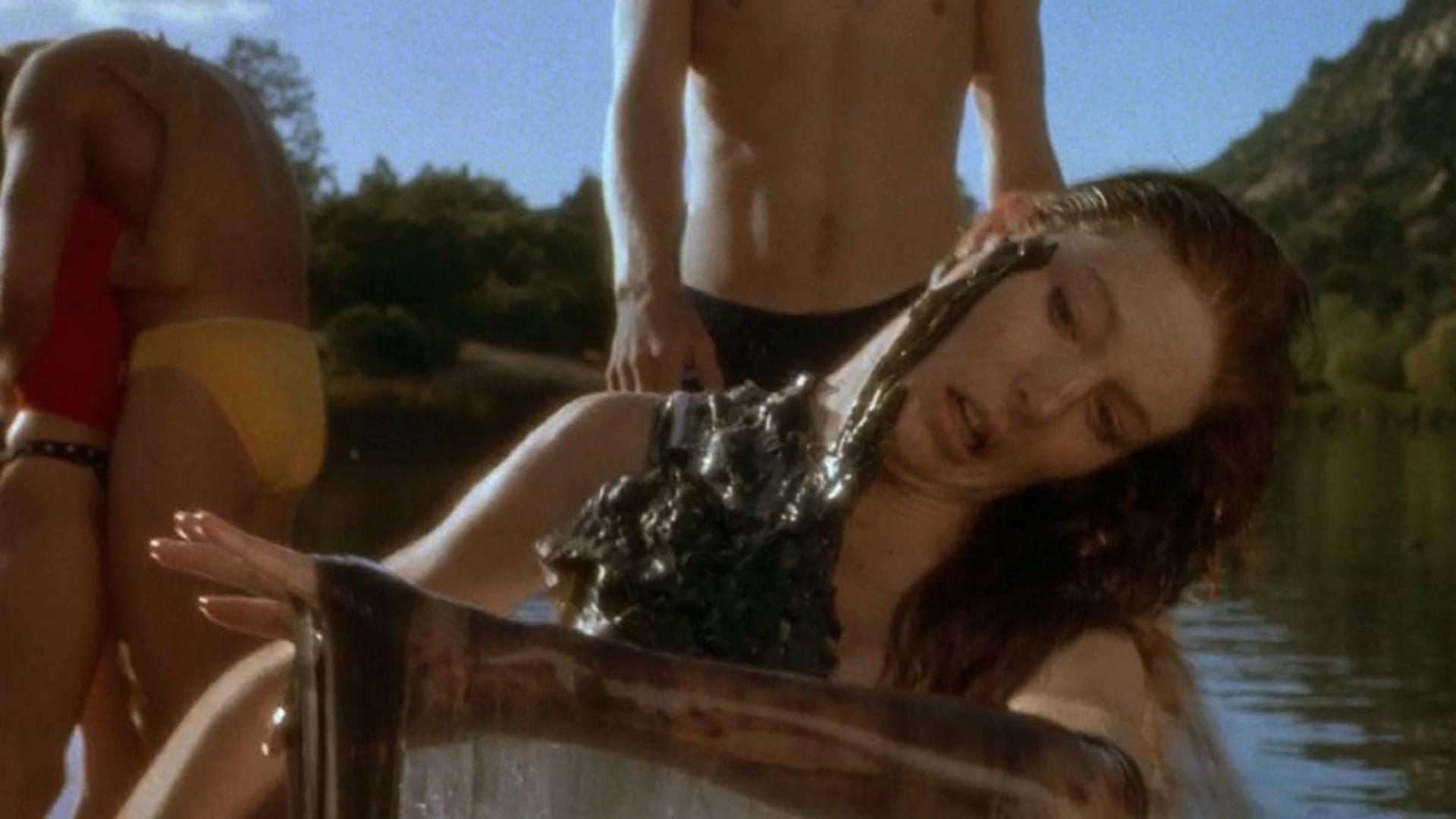 两男两女去湖里游泳,却遇上神秘吃人液体,下场十分凄惨