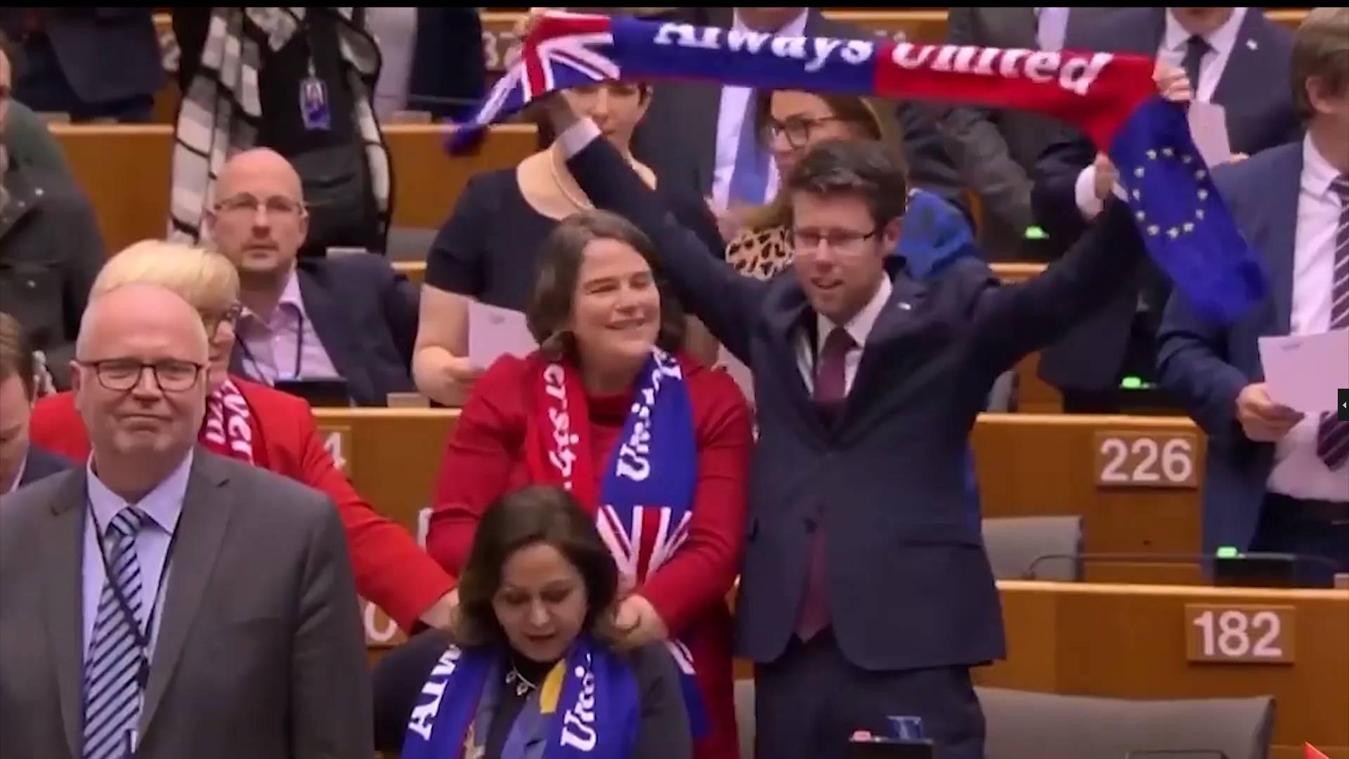 """再过一关!欧洲议会通过英国""""脱欧""""协议 议员高唱《友谊地久天长》"""