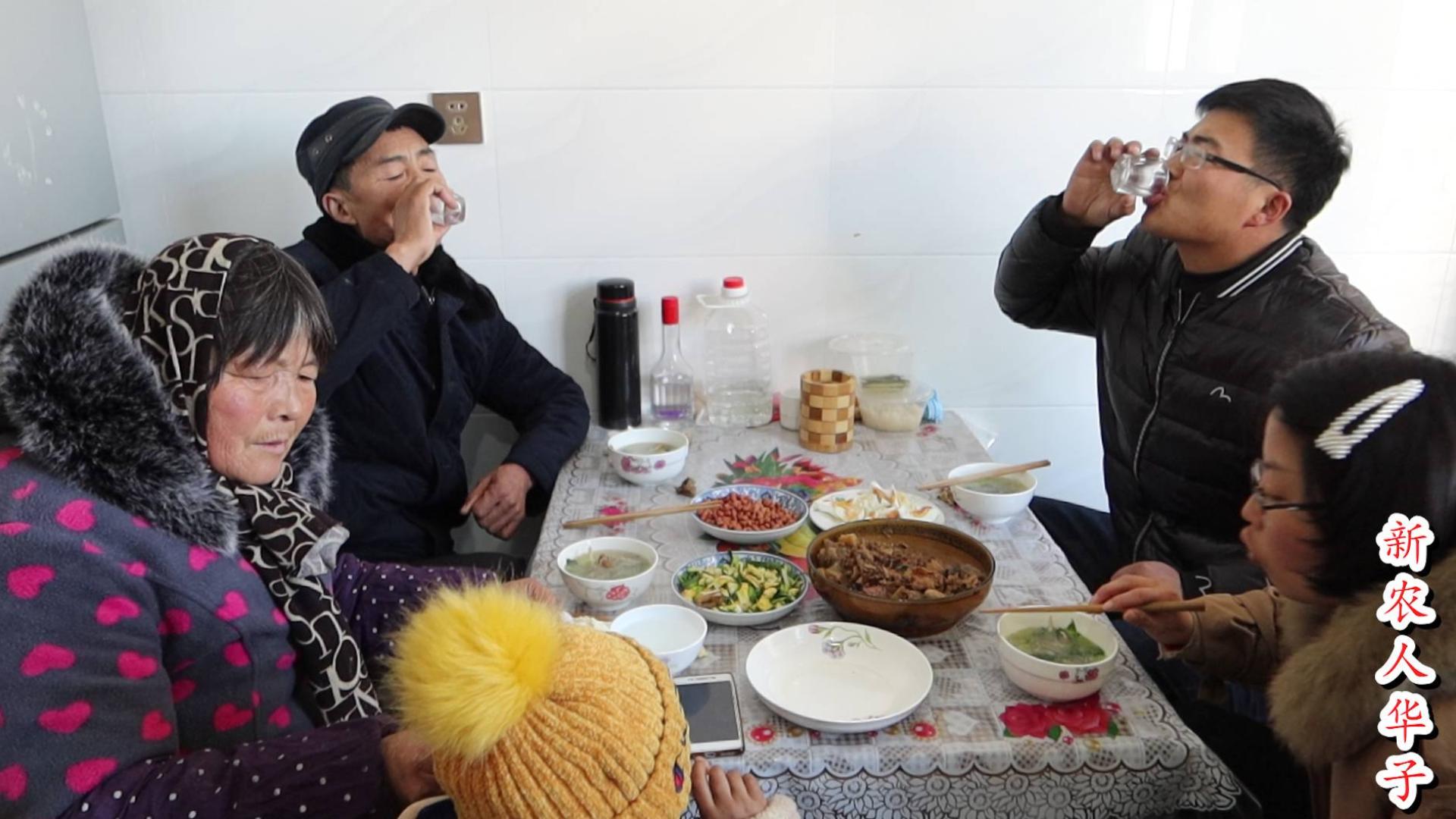 过年哪也不能去!在家热几个剩菜,一盆鸡,一盘花生米,喝半斤酒
