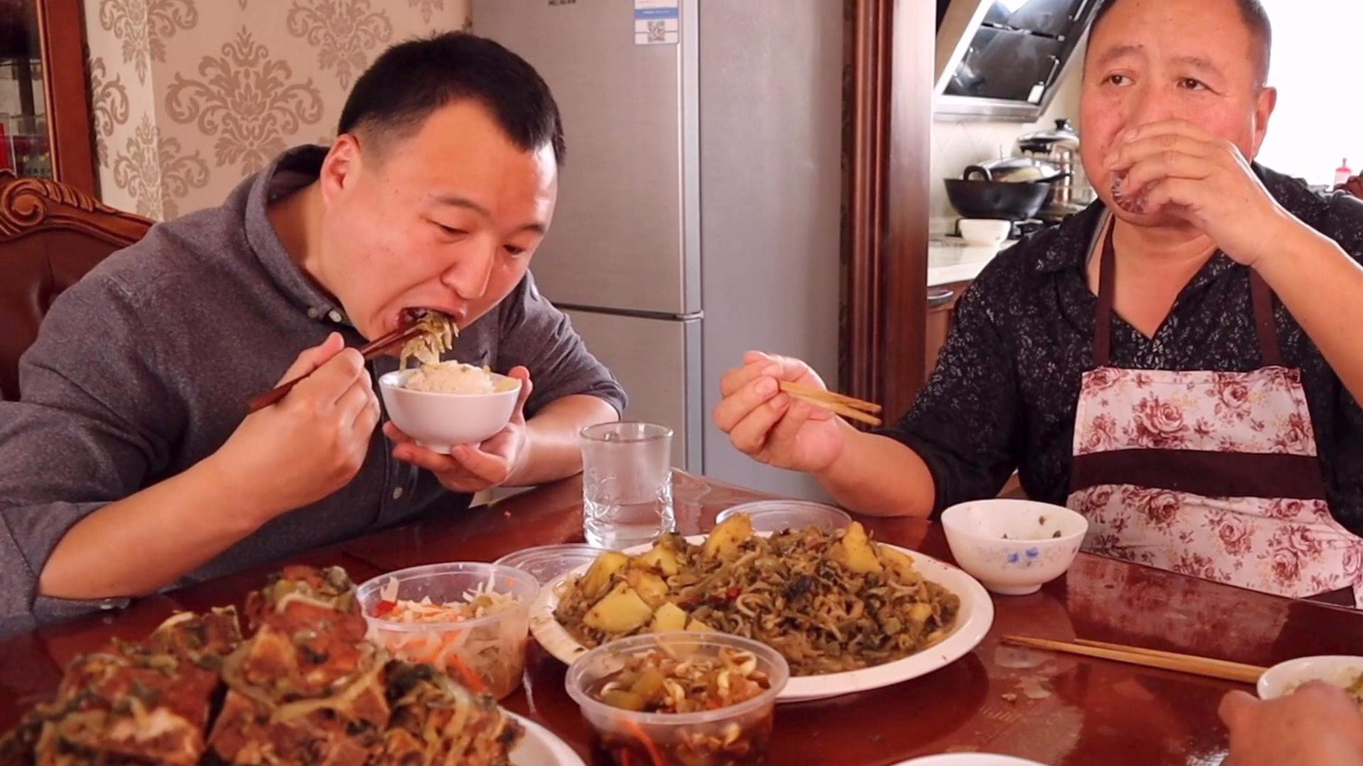 小伙6斤脊骨,猪骨头烩酸菜,内蒙本地特色,一家人猛吃,过瘾