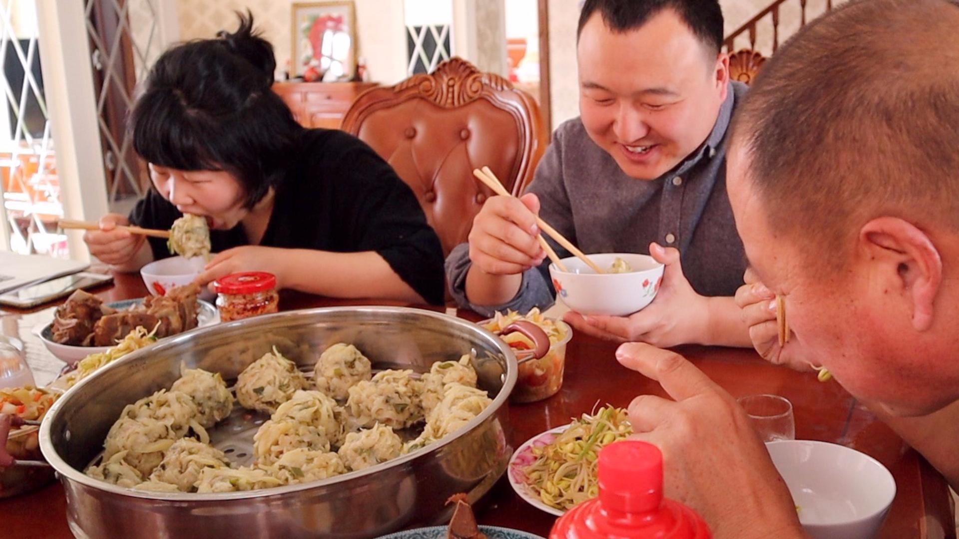 阿强妈妈用土豆做内蒙特色,山野丸子,再卤点脊骨,全家猛吃,爽