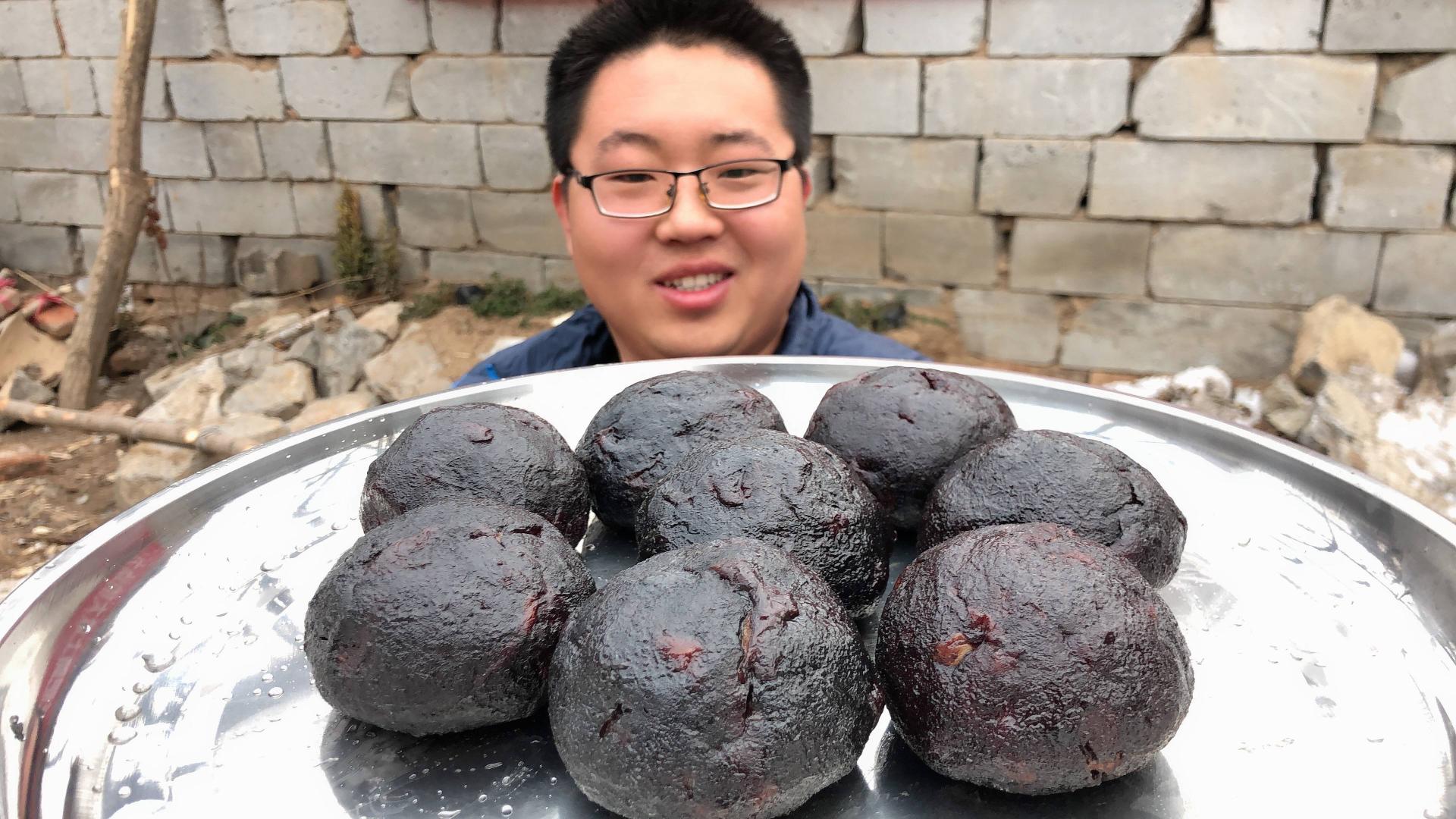 40元买8个猪血丸子,黑不溜秋,切片爆炒,吃一口:味道不一般!