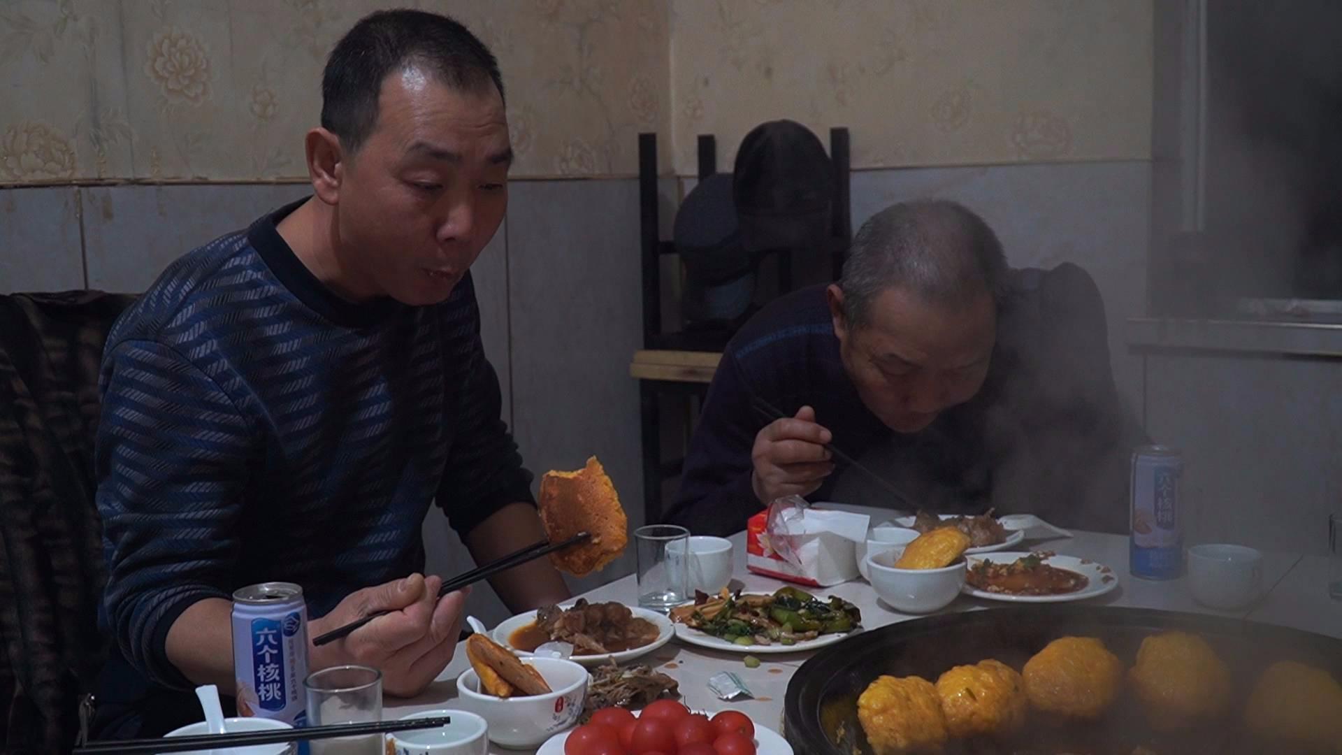 阿远带大伯去吃铁锅炖鱼,五个人吃了289块钱,贴饼子配鱼吃到撑