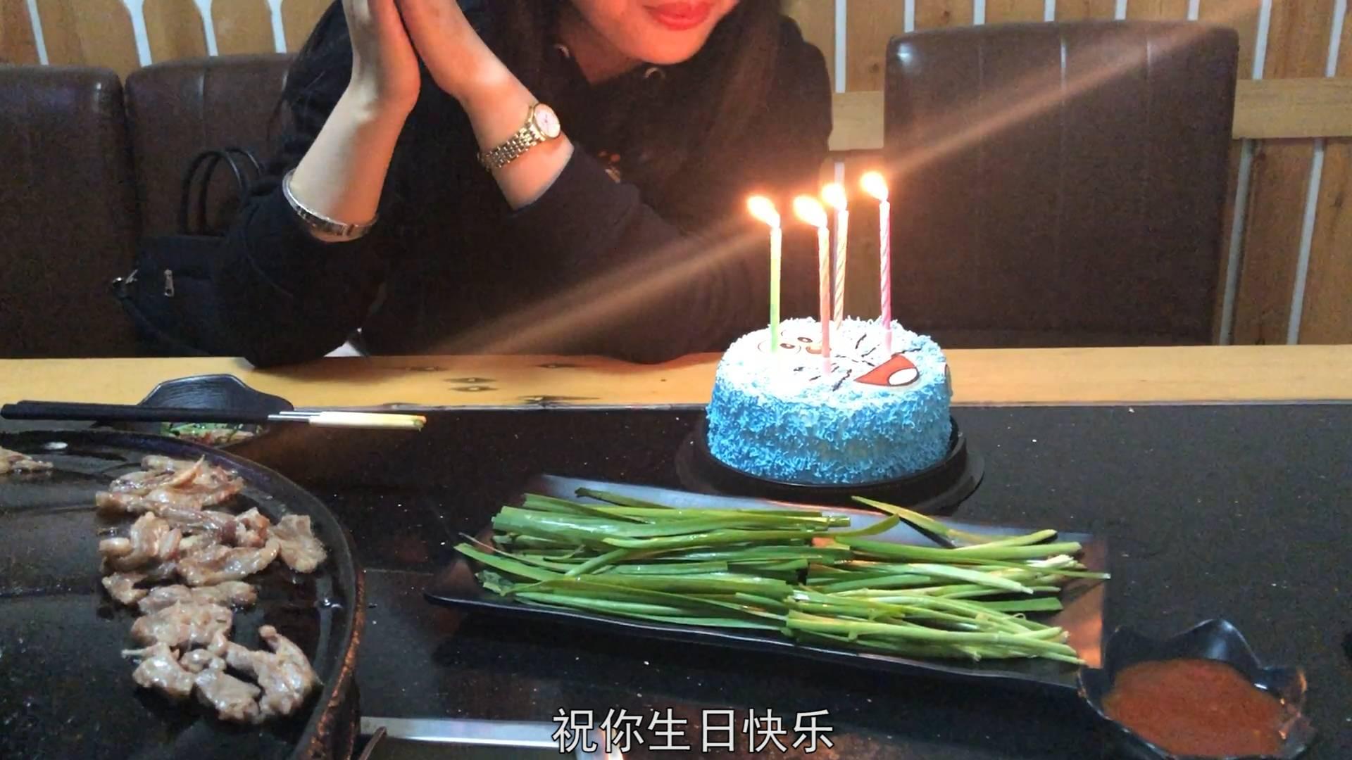 第一次陪护士小姐姐过生日,为她精心准备了礼物和蛋糕,她很感动