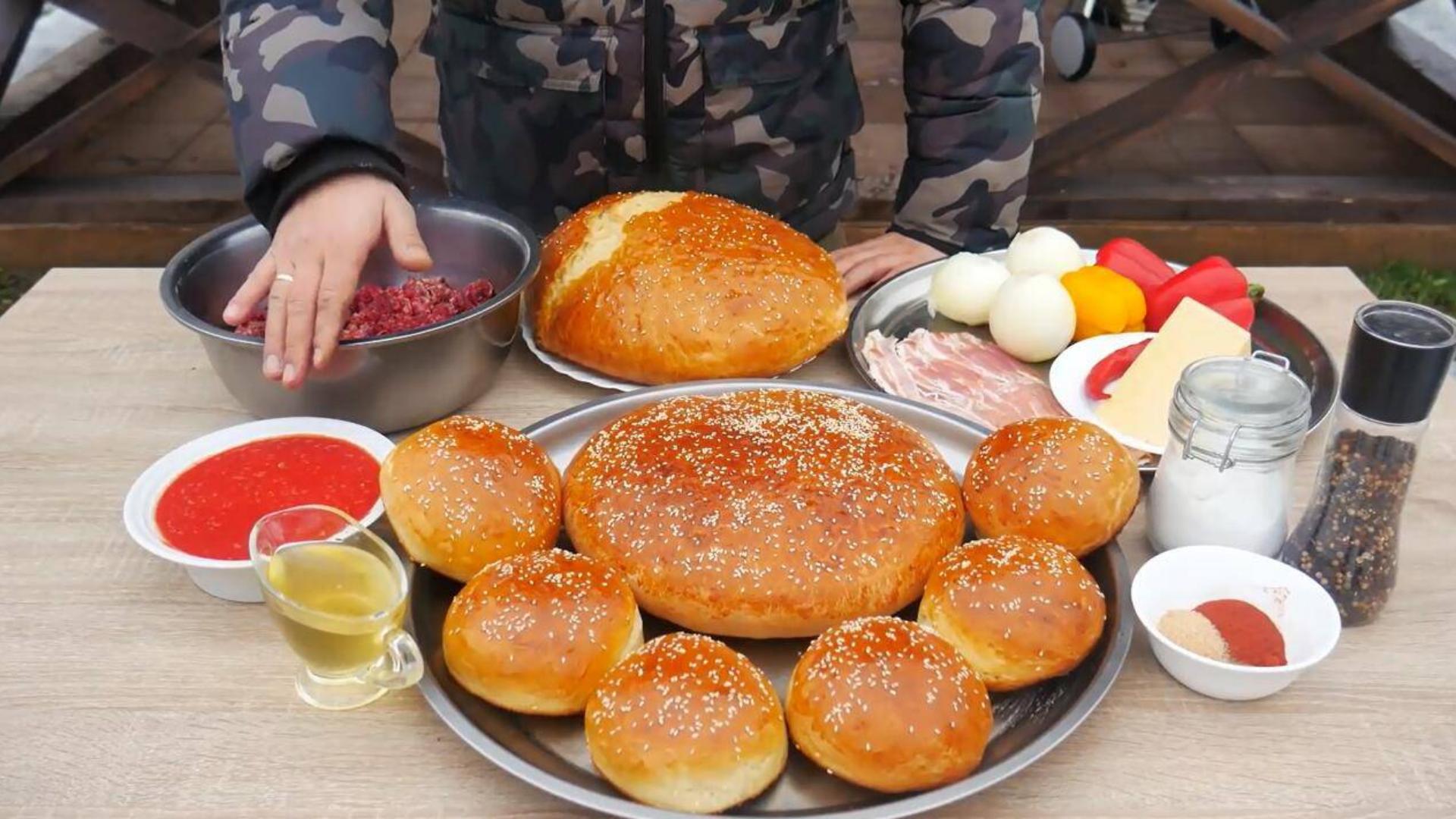 俄罗斯大叔自制超大汉堡,看了制作过程,网友:这腮帮子得吃肿了吧?