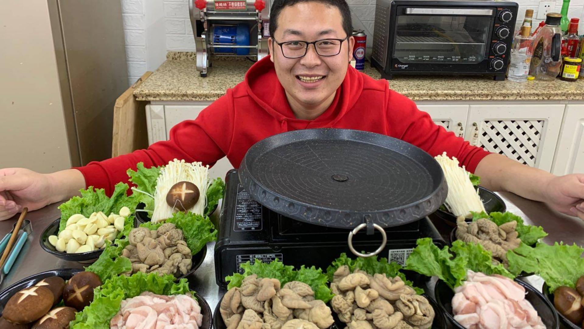 """1斤五花肉3斤猪肥肠,做顿""""烤肉""""解解馋,这顿年夜饭吃得痛快"""