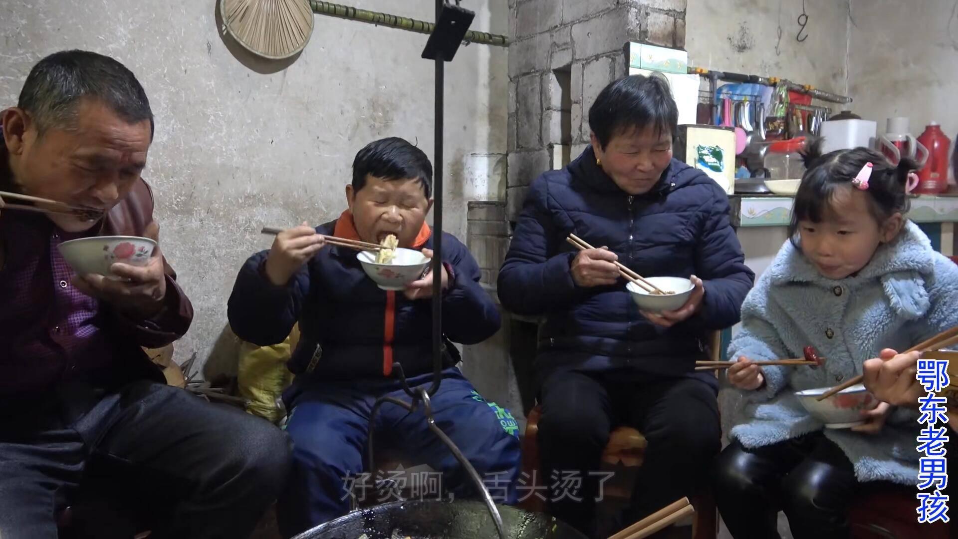 湖北农村的元宵节,因为疫情变得不一样,老男孩一家炖羊肉吃吊锅