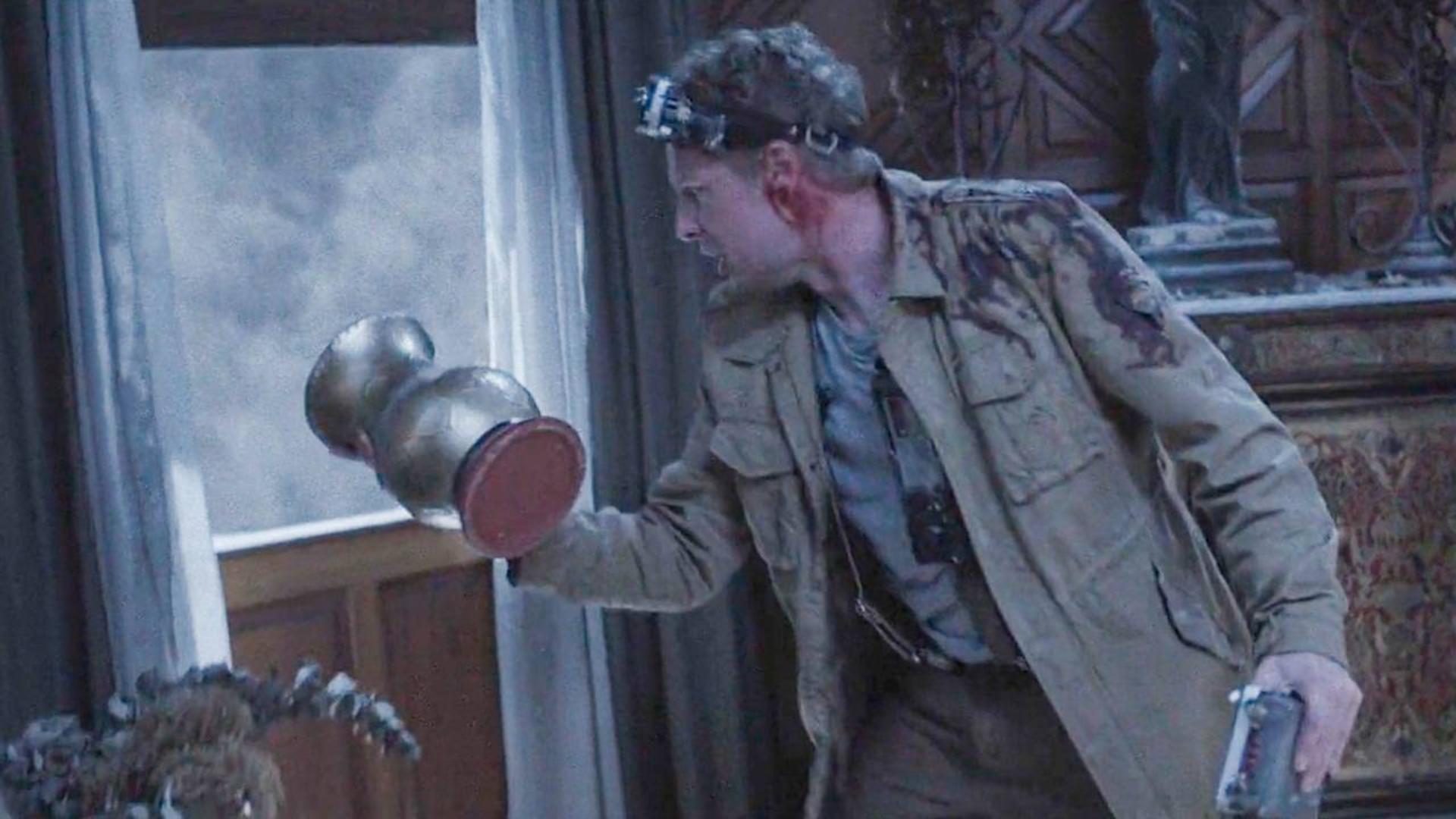 小伙被困闹鬼古宅,往窗户外丢了个东西,却出现诡异的一幕