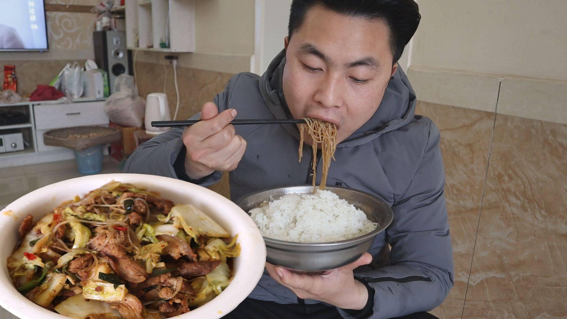 小伙午饭,大白菜粉条炒五花肉,一盆饭一盆菜,越吃越过瘾