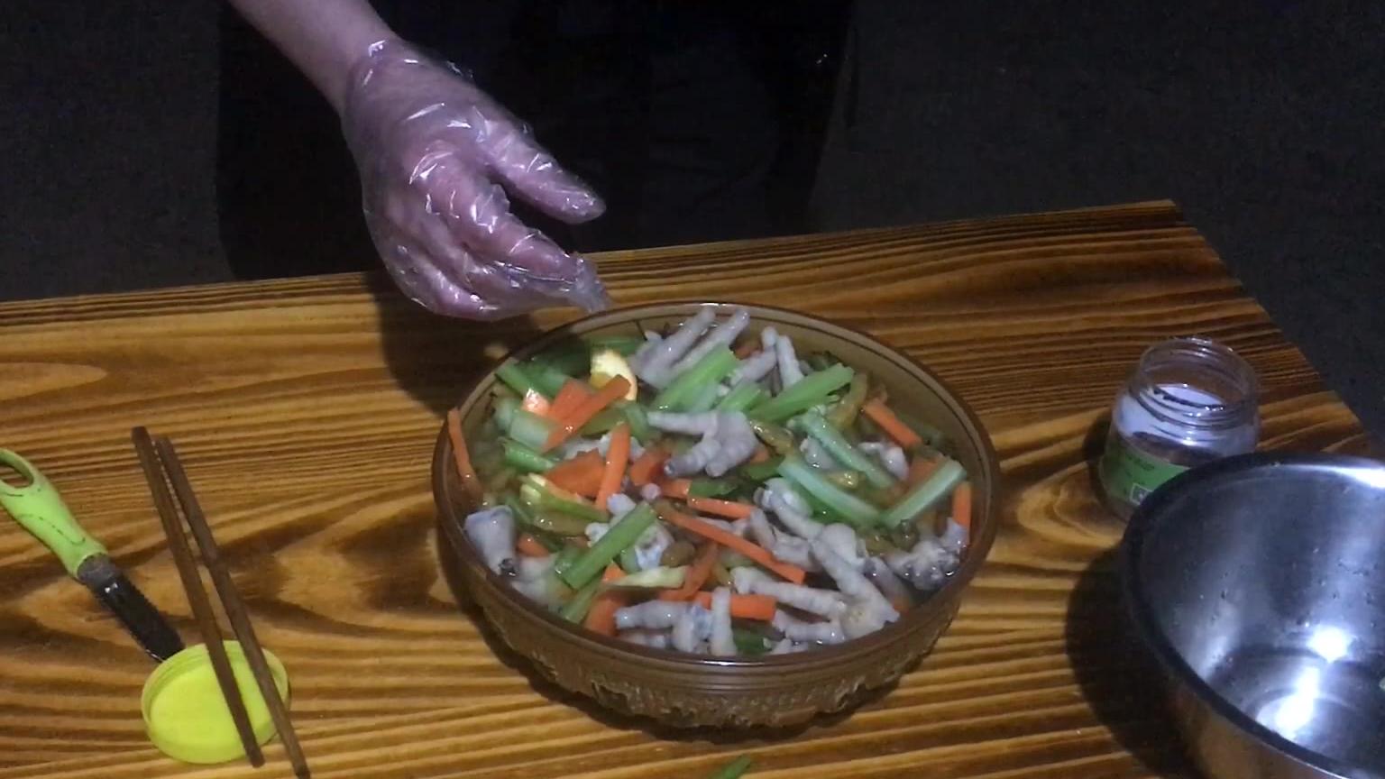 老妈要吃泡椒鸡爪,儿子买来两斤自己做,成品出来老妈想打人!