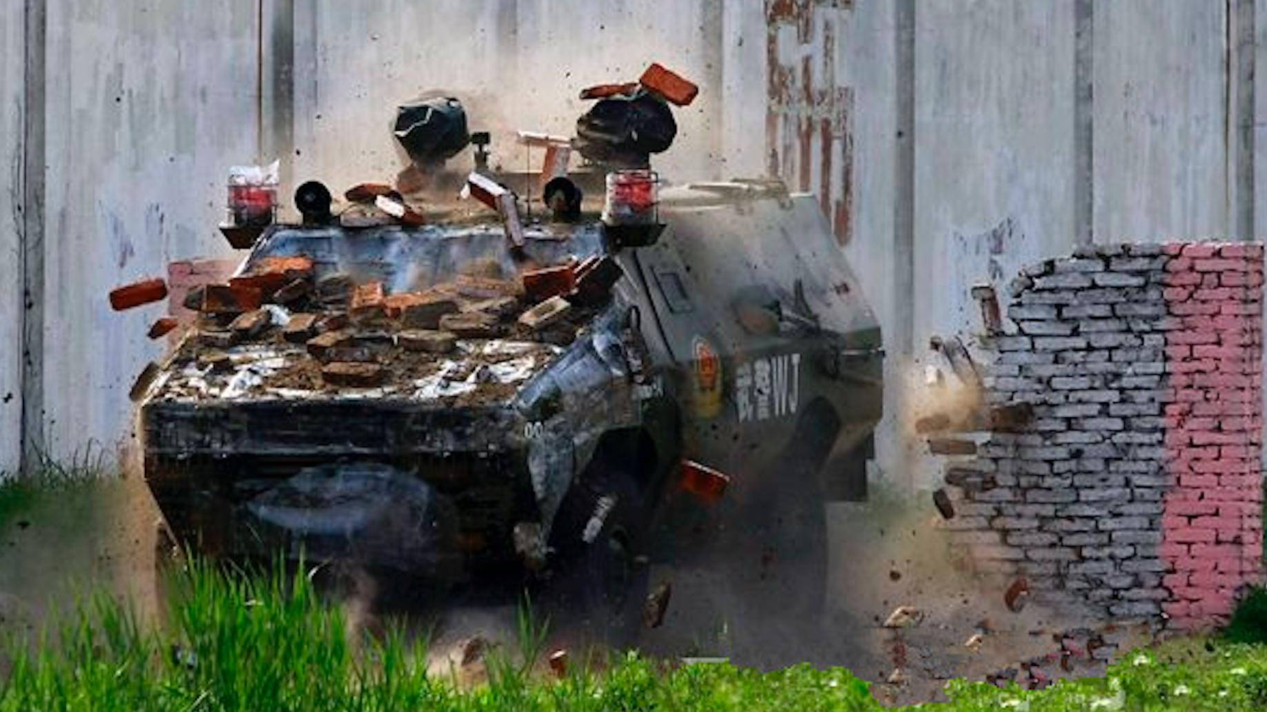 3000武装特警、防爆装甲车开路,现实版《破冰行动》有多惨烈?