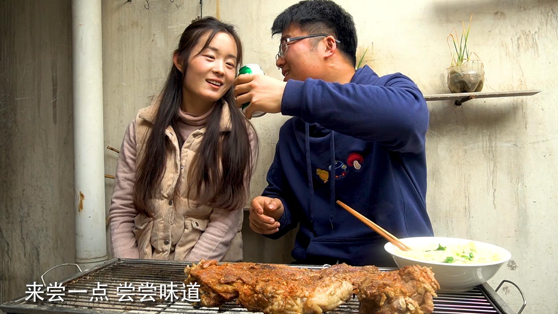 老婆下厨暗示情人节,大sao烤三斤羊排给媳妇灌酒,晚上难过了