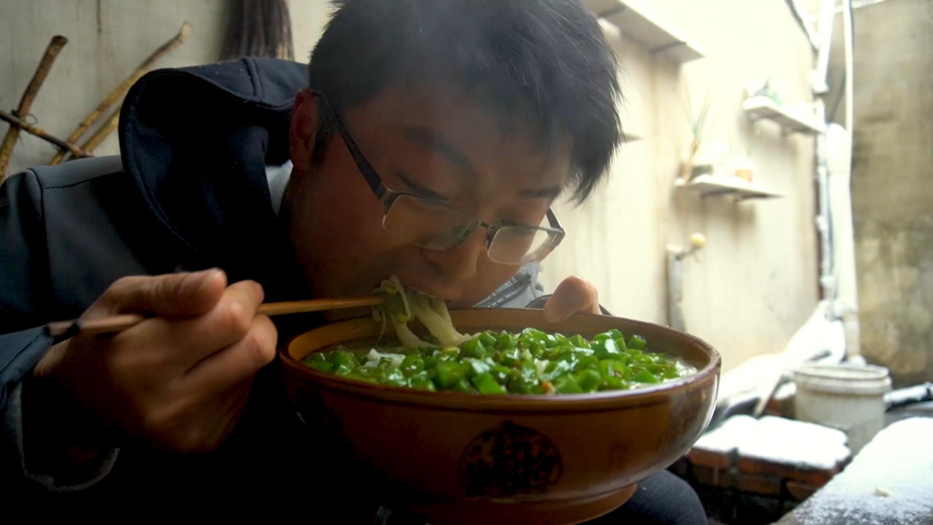 暴雪天和辣椒更配,一斤二荆条,两盆手擀面,吃饭上头,感觉真爽