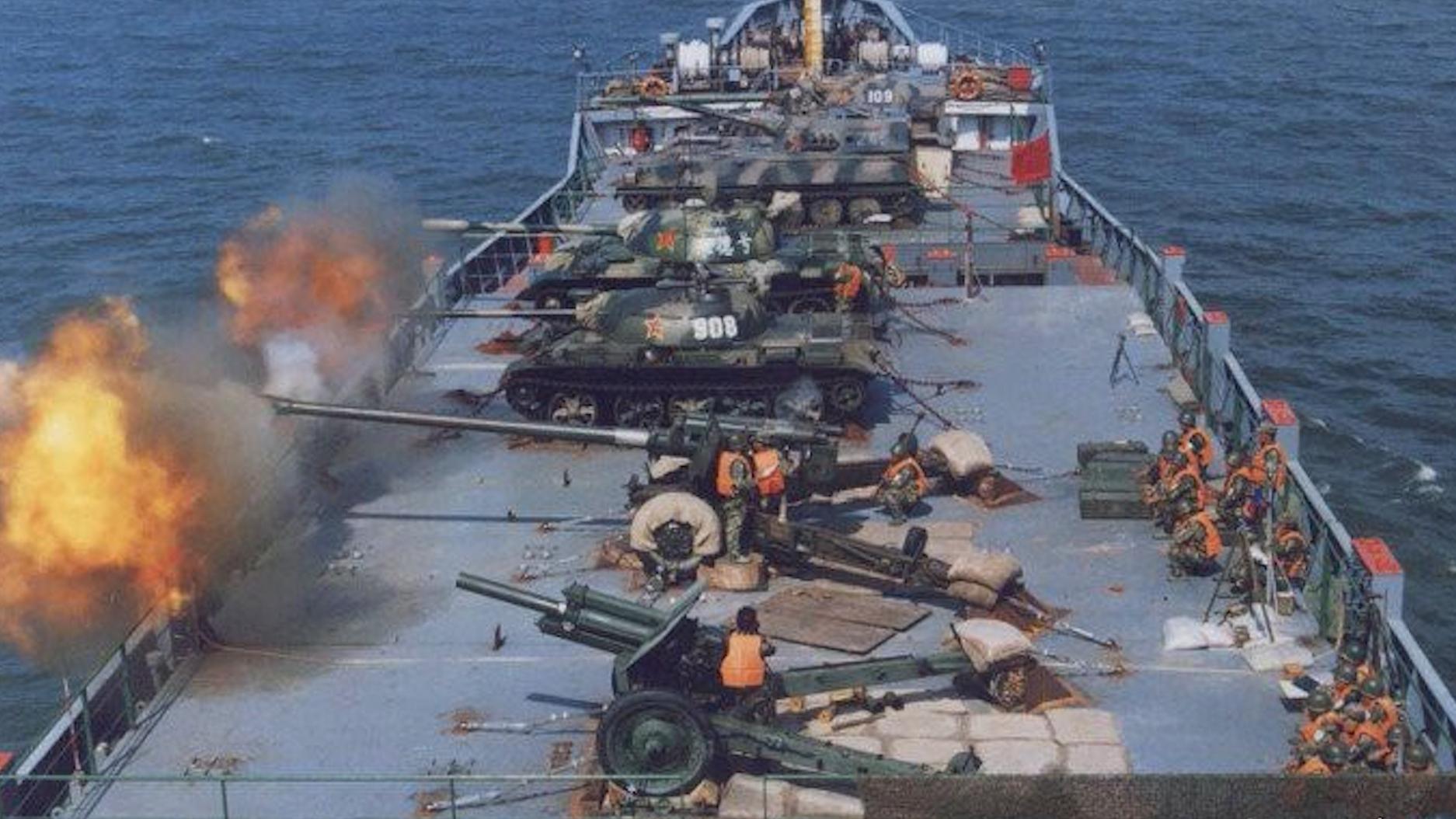 寸土不让!美国航母进台湾海峡,解放军把大炮搬上货轮齐射