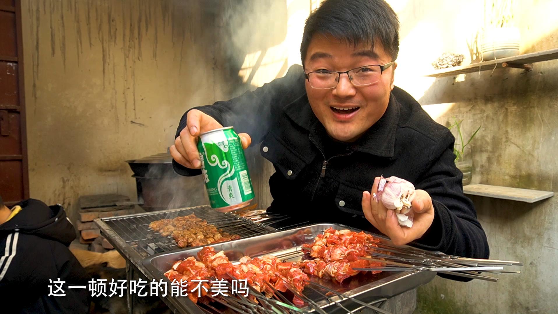 一串肉四掰蒜,小院烧烤三斤羊肉,啤酒配大蒜,好吃到停不下来