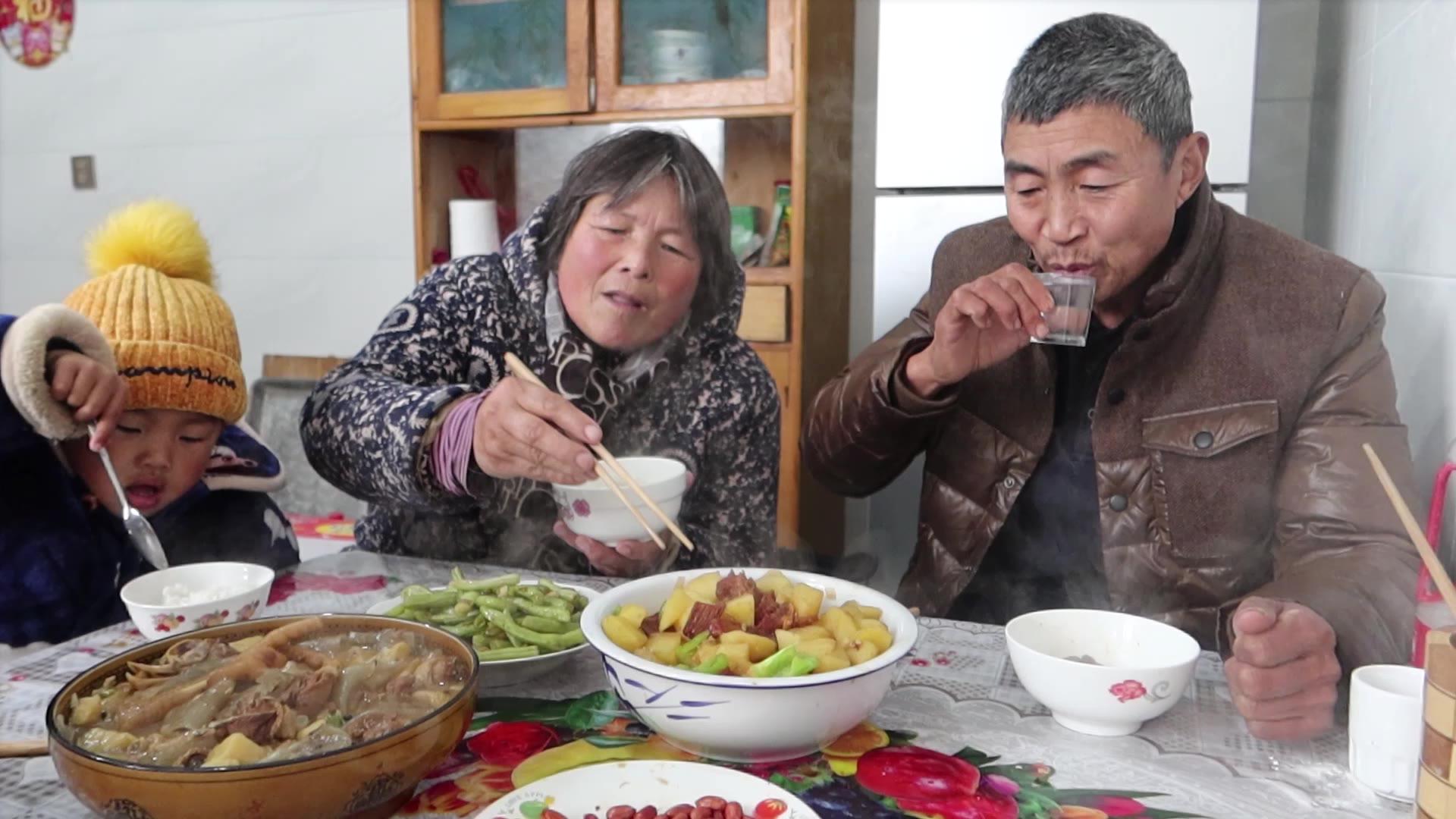 一盆土豆烧牛肉,一盆粉皮炖小鸡,一壶温酒,陪父亲吃肉喝酒过瘾