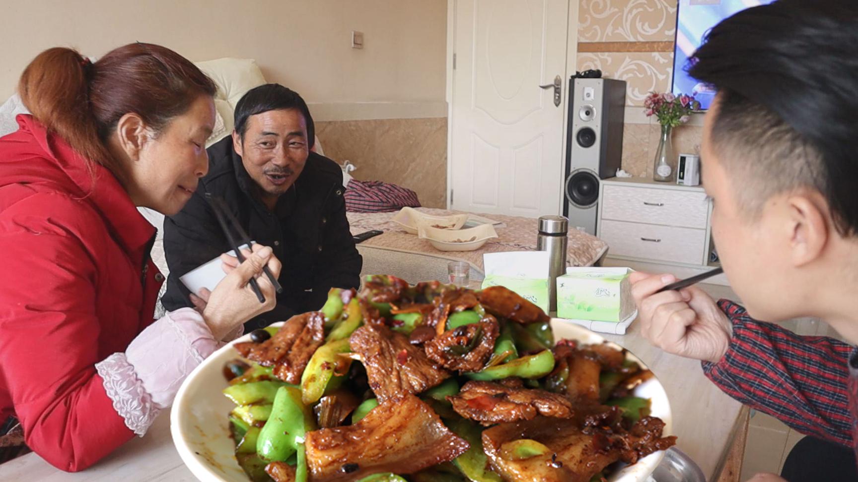 辣椒炒肉,老汉被人整了,只因钓鱼技术太好,今天还买了9只小鸡