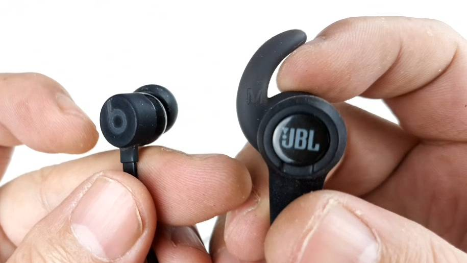 拆解对比苹果的BeatsX和JBL蓝牙耳机,看看两个品牌的设计与做工