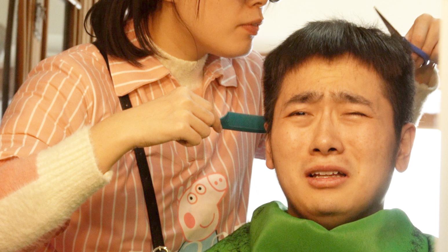花588元在家理发,还原理发店服务,小伙却哭了。