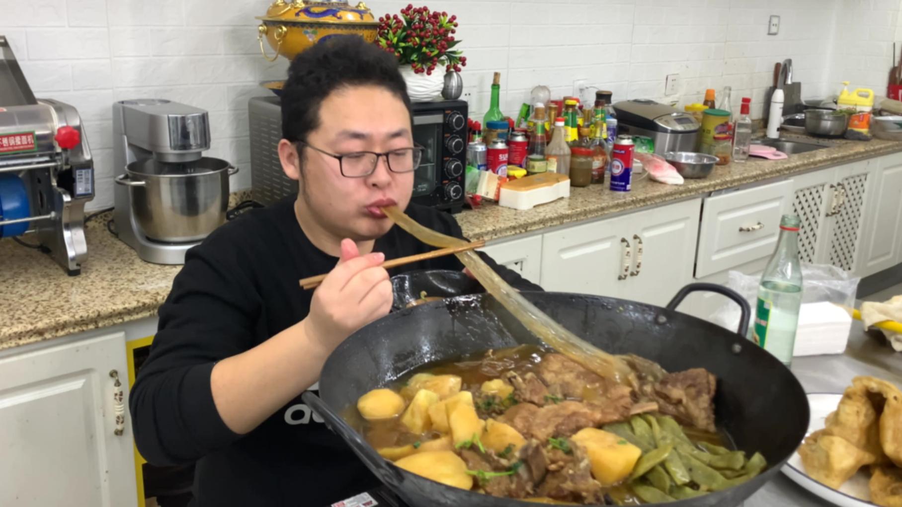 230买两块排骨,做铁锅炖排骨,守着锅吃才够味,吃过瘾了