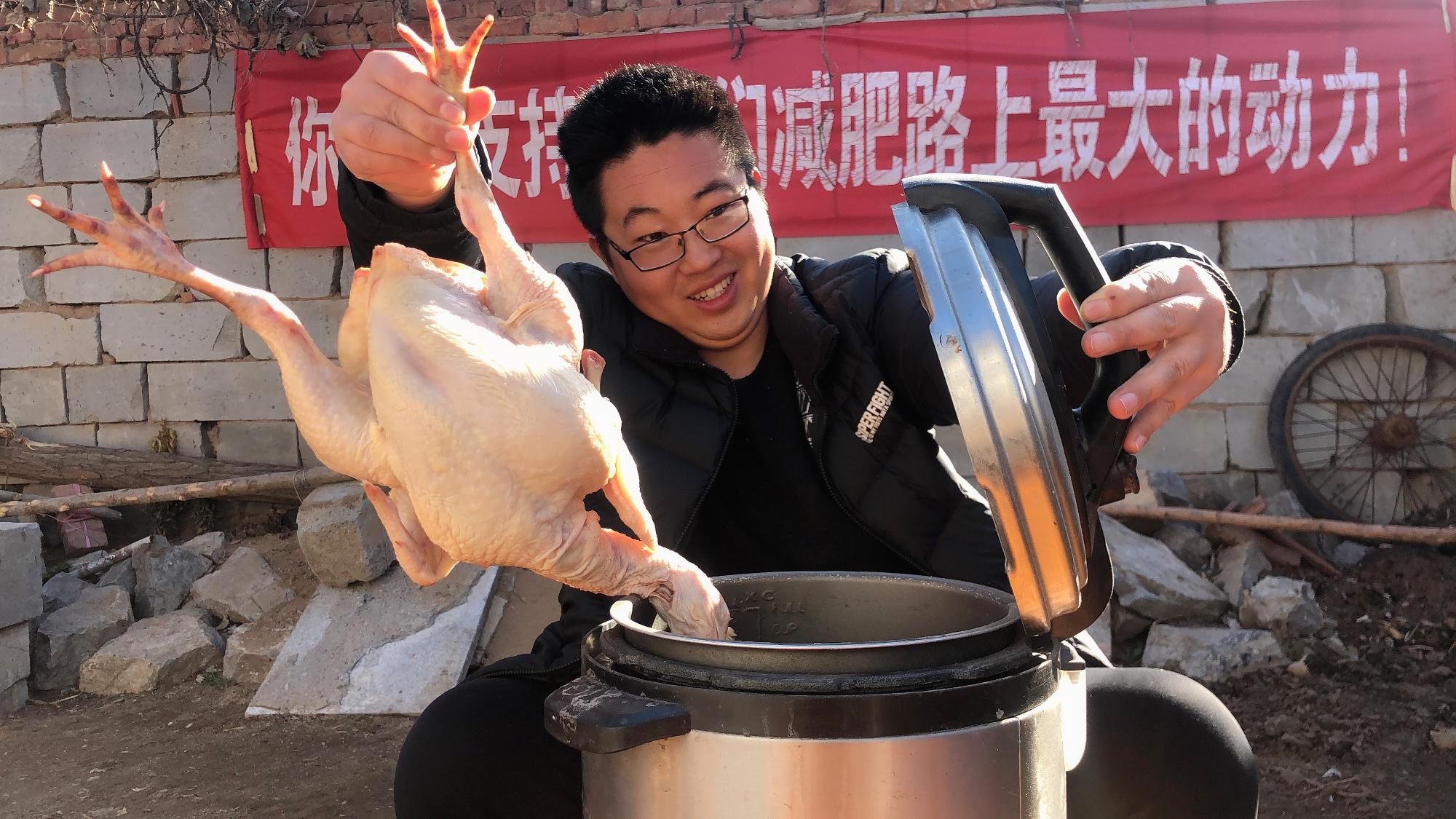 100元买5只鸡,用电饭锅做道烧鸡,结果跟想象的不一样!