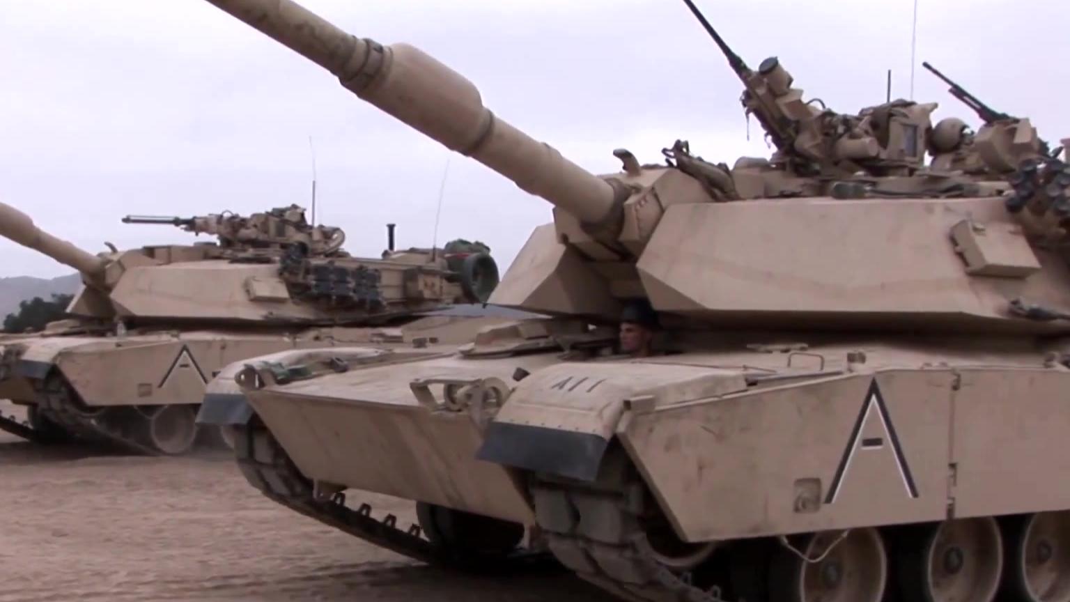 加拿大步兵近距离观察美国海军陆战队主战坦克M1A1