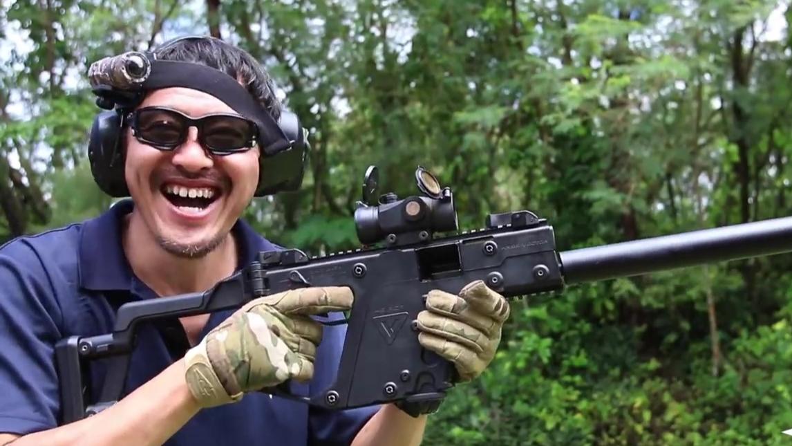 【日本壕堺大叔/个人翻译】大叔拿着卡弹的Kriss Vector笑的非常开心