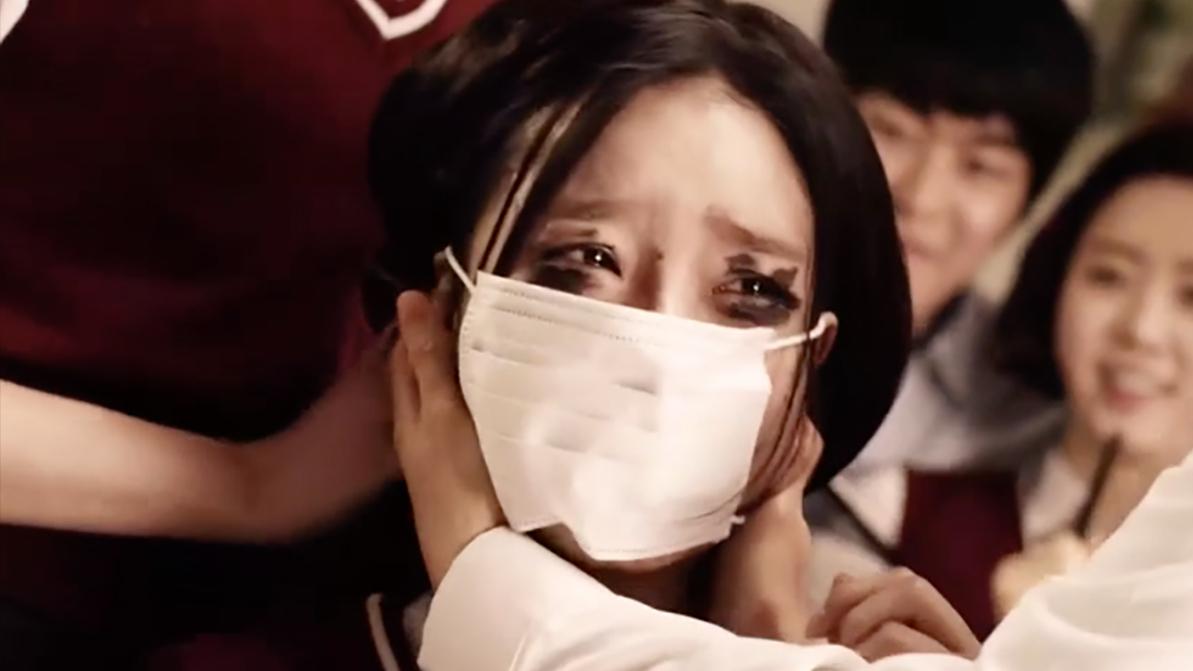 女生因太美被逼戴口罩上课,老师不知情摘下,导致其自杀