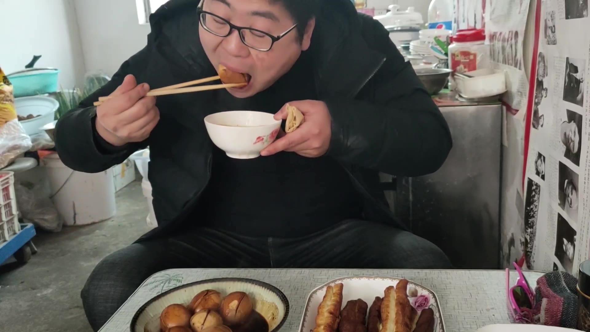 小伙卤八个鸡蛋不够吃,再做一斤油条吃三个煎饼,香甜咸,好过瘾