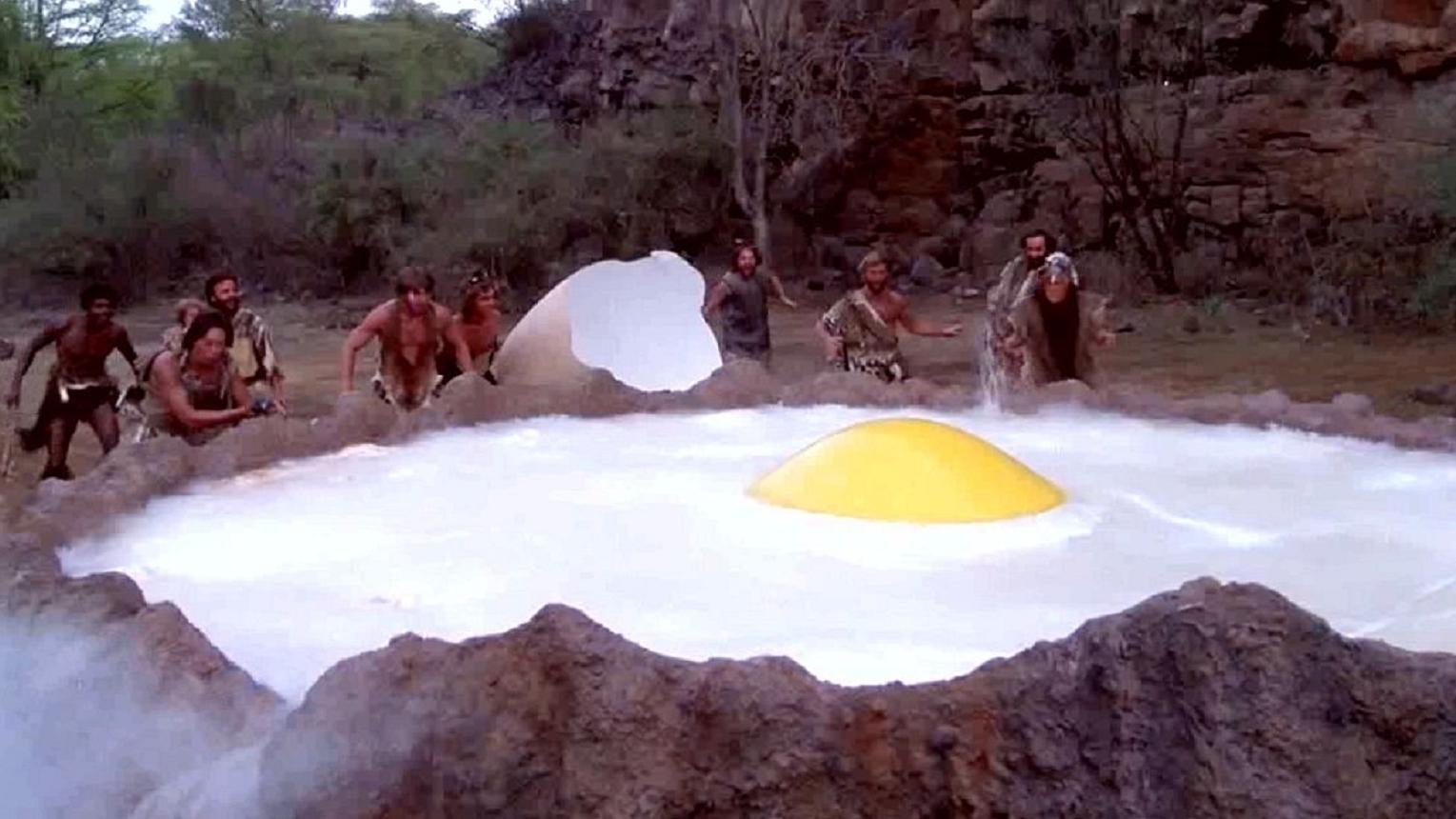 原始人将恐龙蛋丢进火山口,意外做出超大荷包蛋,一部经典喜剧片
