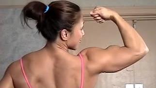 怎么活动激活你的背阔肌,看看她强壮的后背吧。