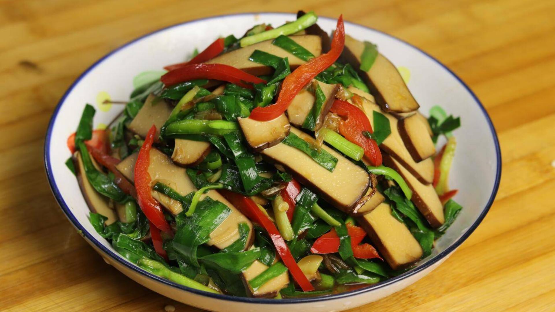春天要多吃韭菜,小伙做一道快手菜,润肠助消化,简单营养又美味