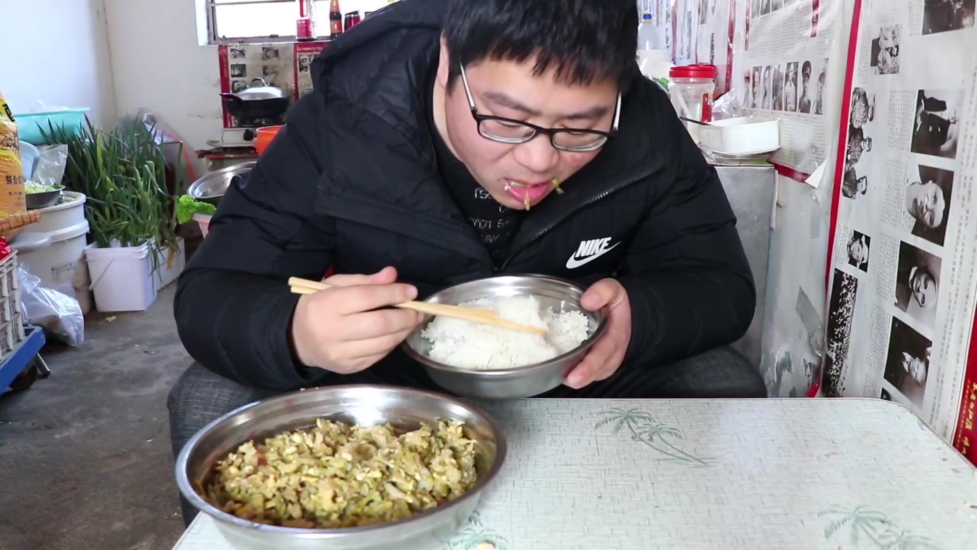 小伙两颗白菜做祖传美食,一锅米饭不够吃,再加煎饼配大葱
