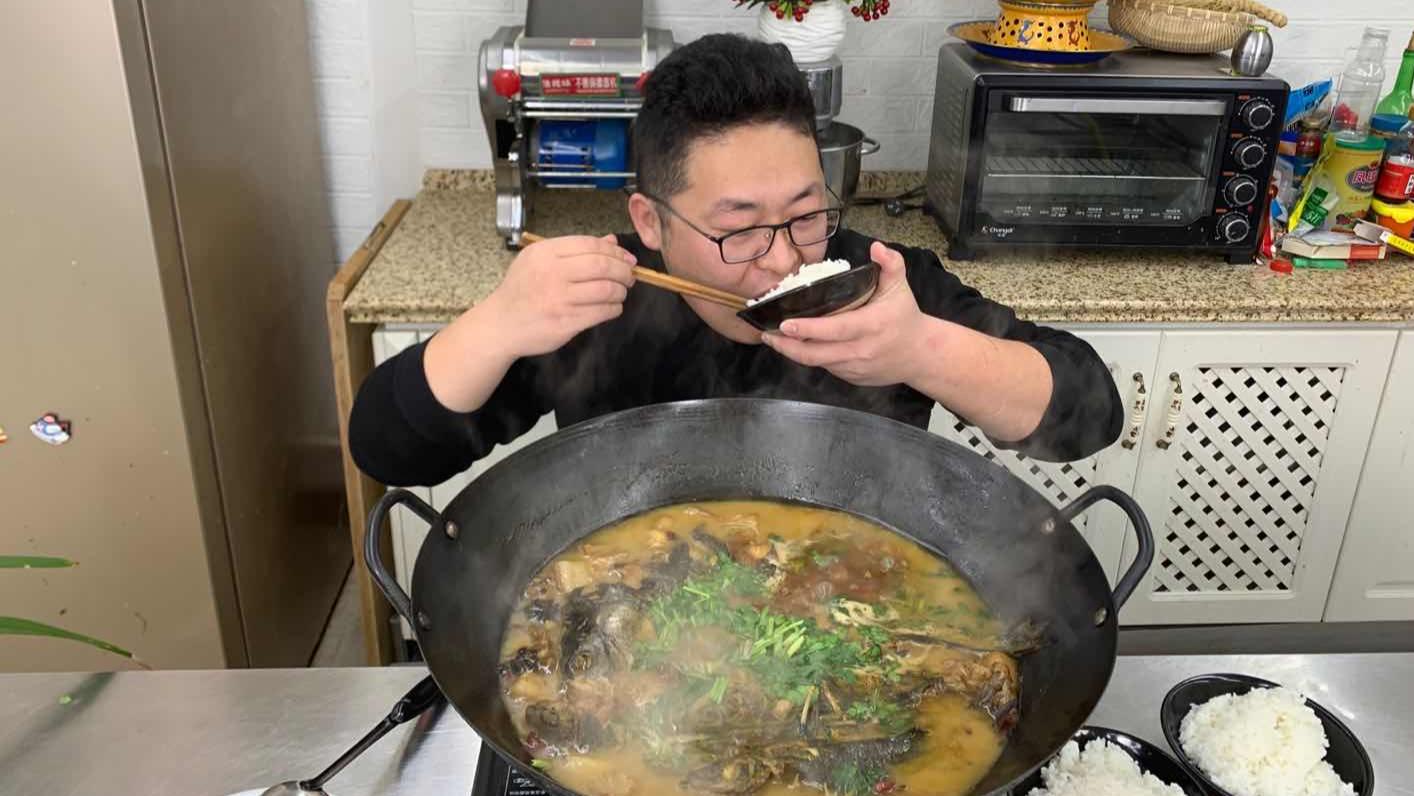 """1斤五花肉,2斤黄辣丁,3斤大鲤鱼,做""""铁锅炖鱼""""吃上3碗饭,爽"""