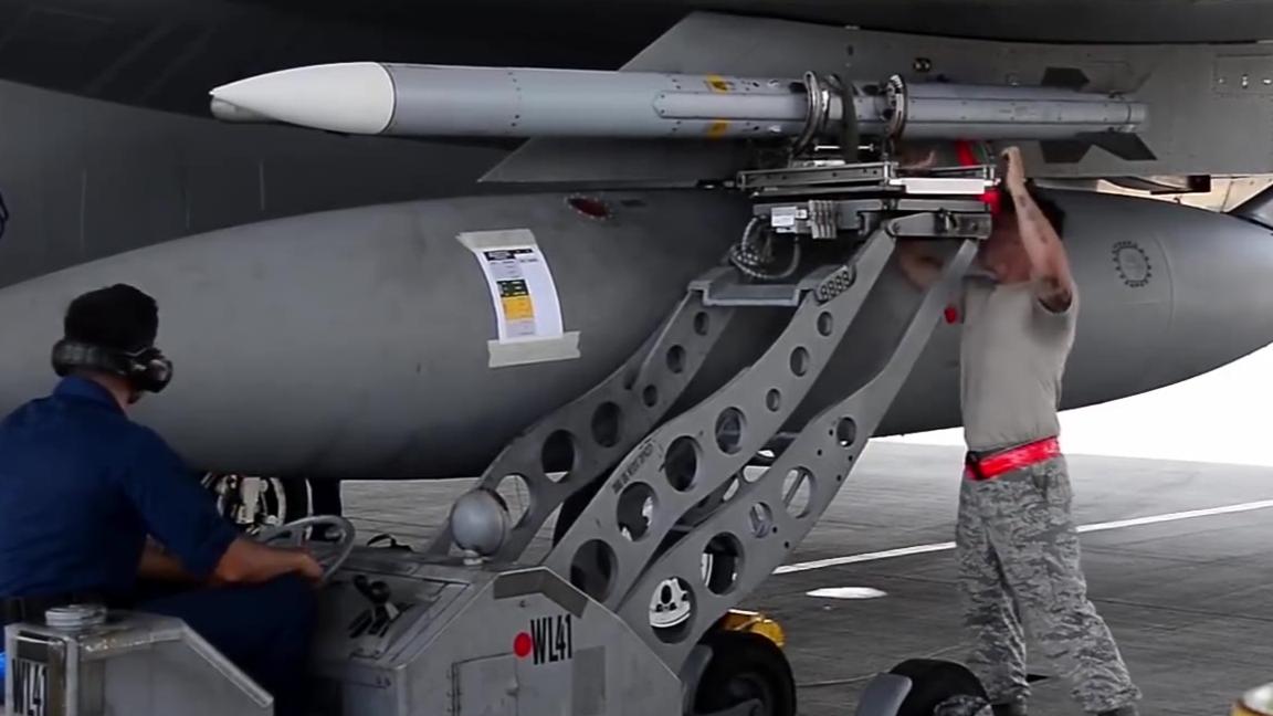 F-15如何装载导弹和机炮