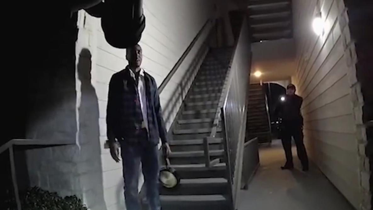 在美国一男子企图用平底锅干警察 结果秒变盒