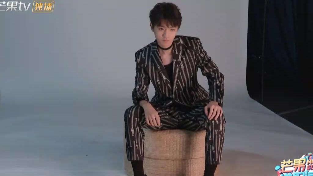 王俊凯我们的乐队拍摄花絮:王俊凯化身酷雅绅士