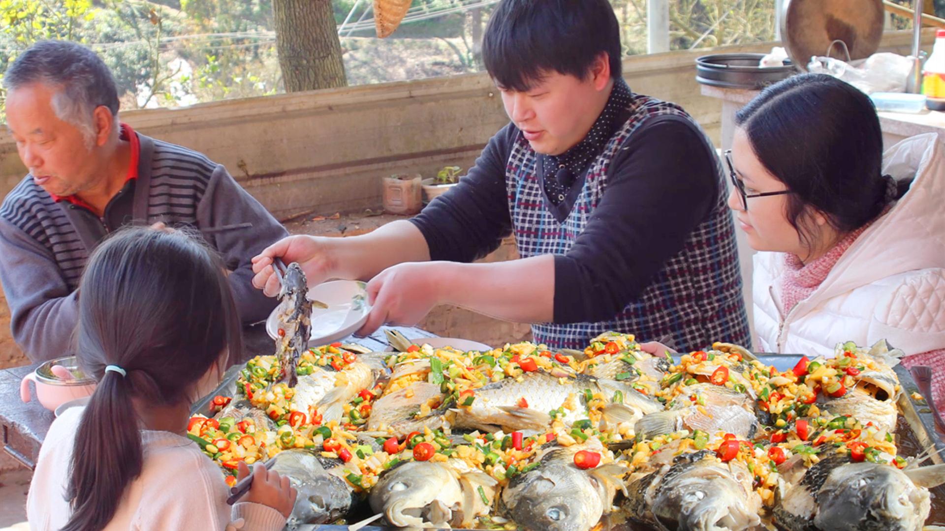 去邻居鱼塘整13条鲫鱼,德哥加14种调料凉拌,1整条夹碗里吃过瘾