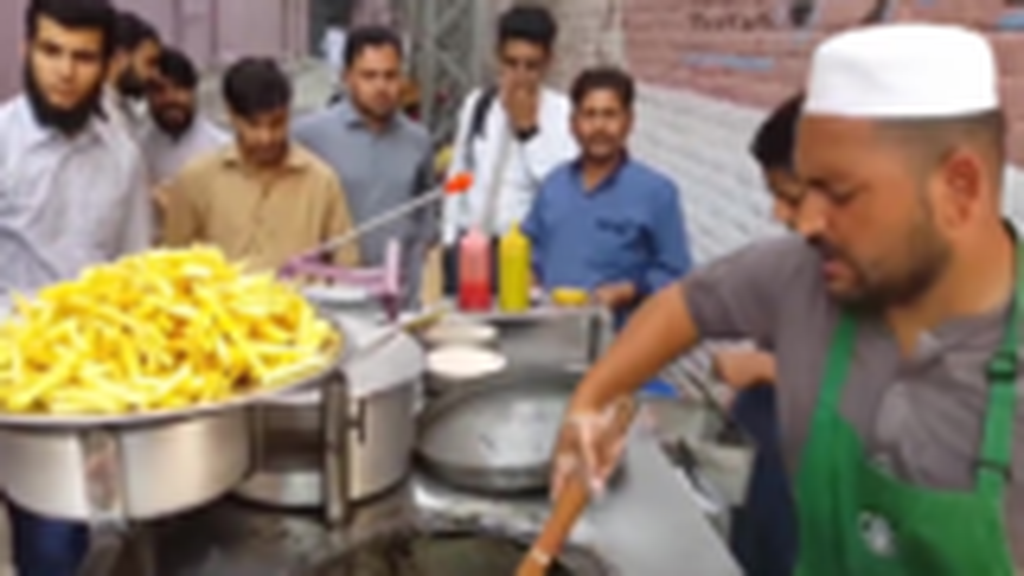 【印度街头美食】极少见炸脆皮薯条-极少见戴手套印度人炸脆皮薯条