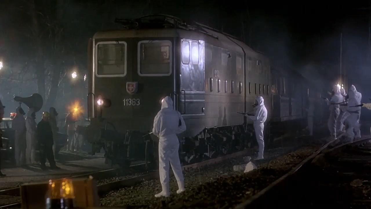 实验室鼠疫病菌泄露,列车上千人感染,军方却下令灭口《卡桑德拉大桥》