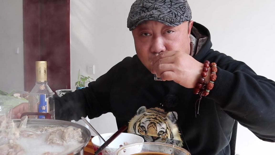 北京最火的白汤羊蝎子,298一锅,汤浓肉香,打包回家抱着啃,爽