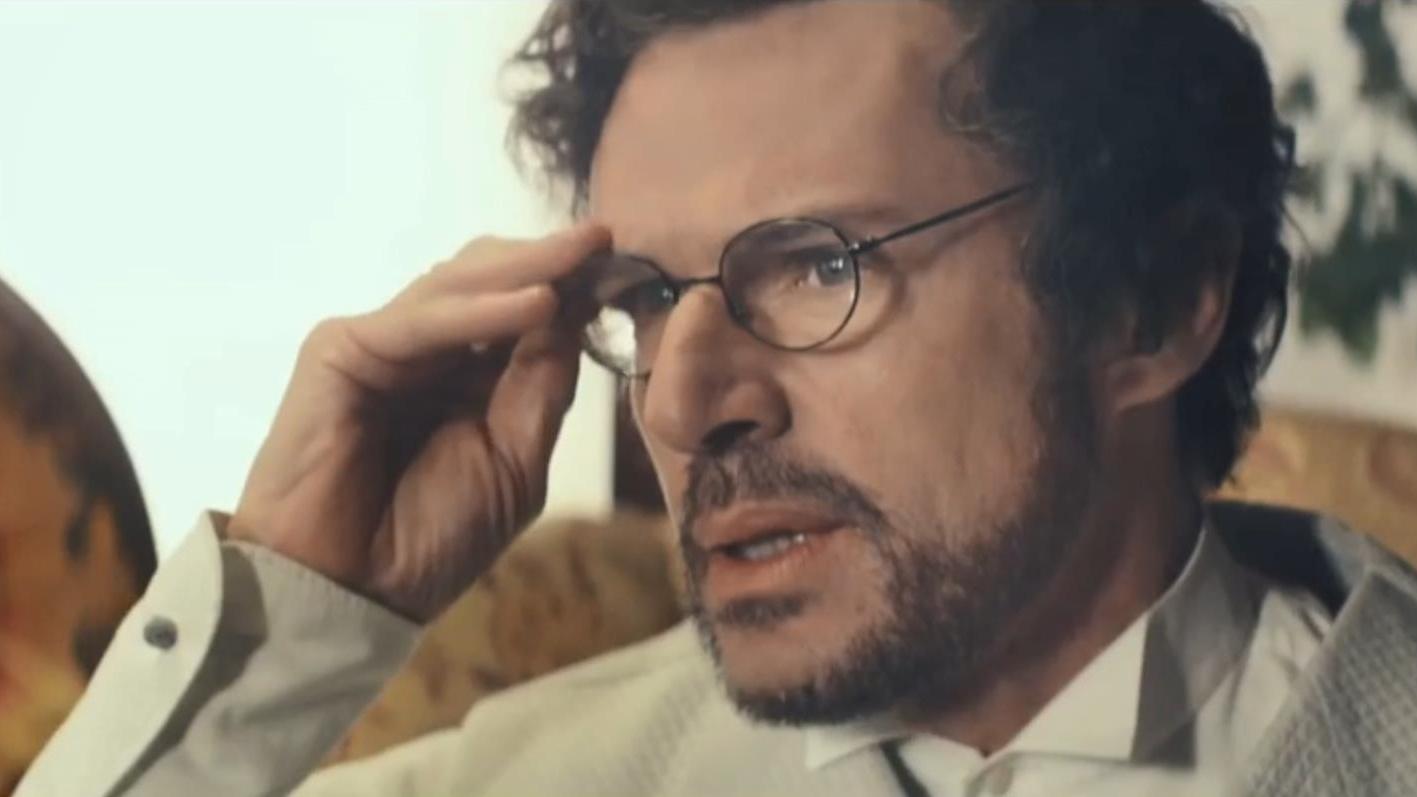 男子一直戴着眼镜,摘下后才发现,自己养育多年的儿子竟不是人类