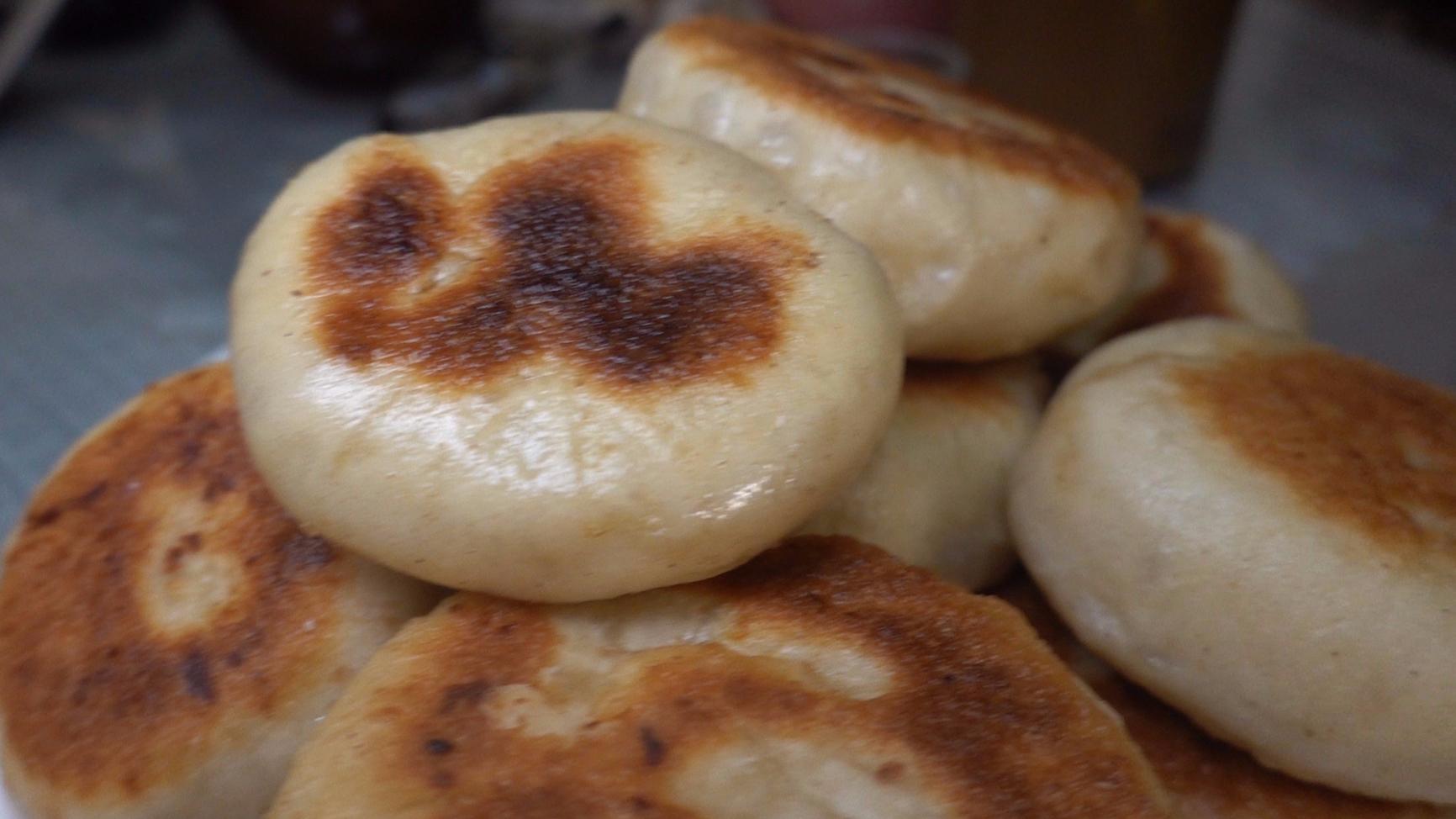 【老司马的日常食堂】豆沙枣泥饼就着凉拌白菜心,喝一碗燕麦黑米粥老舒服了