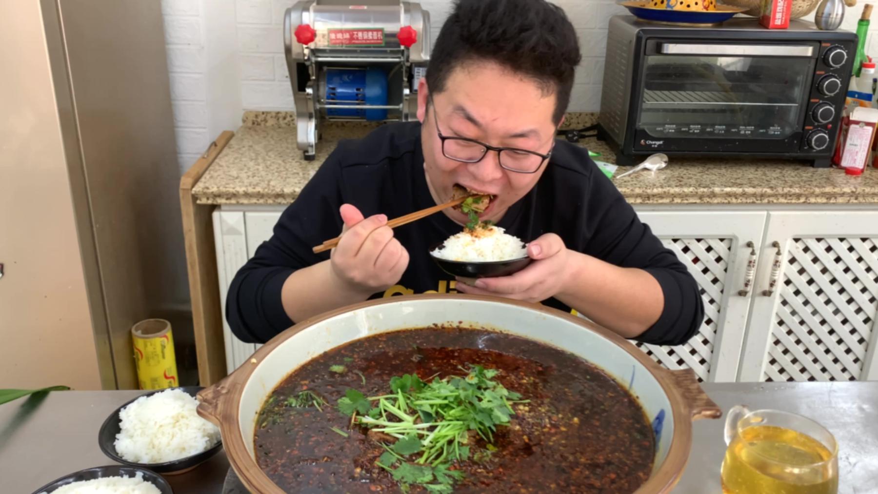 """3斤牛肉,1碗辣椒,做一盆""""水煮牛肉""""又麻又辣,简单吃一口"""