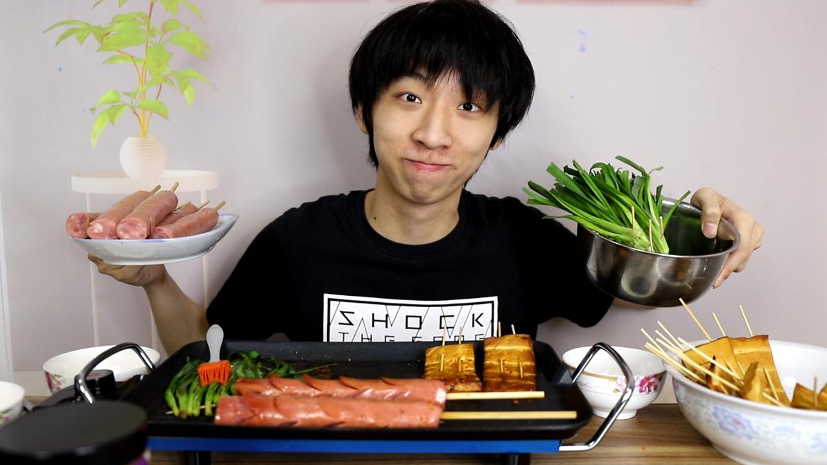 帅小伙回忆童年味道,把儿时吃的所有食材都买回来,自制铁板烧烤