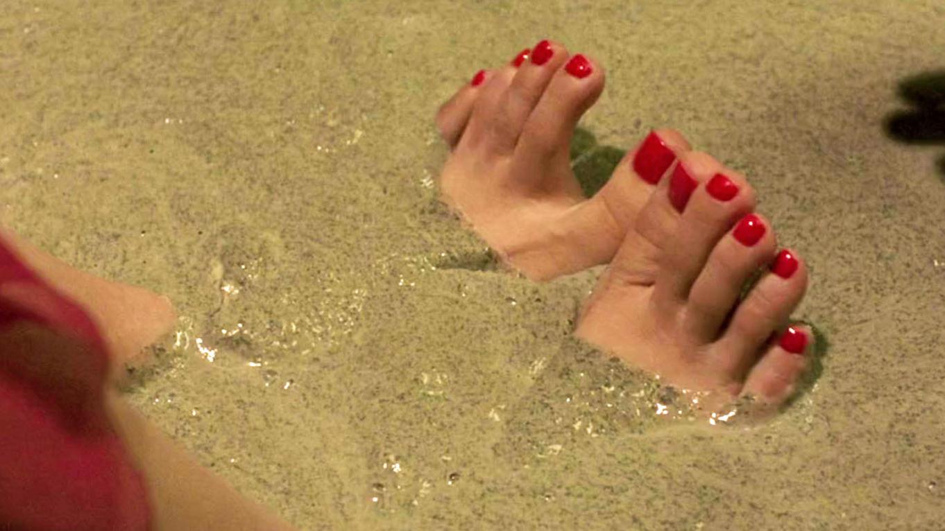 社团老大的女人水性杨花,被惩罚洗水泥浴,再做成桥墩,爆笑喜剧