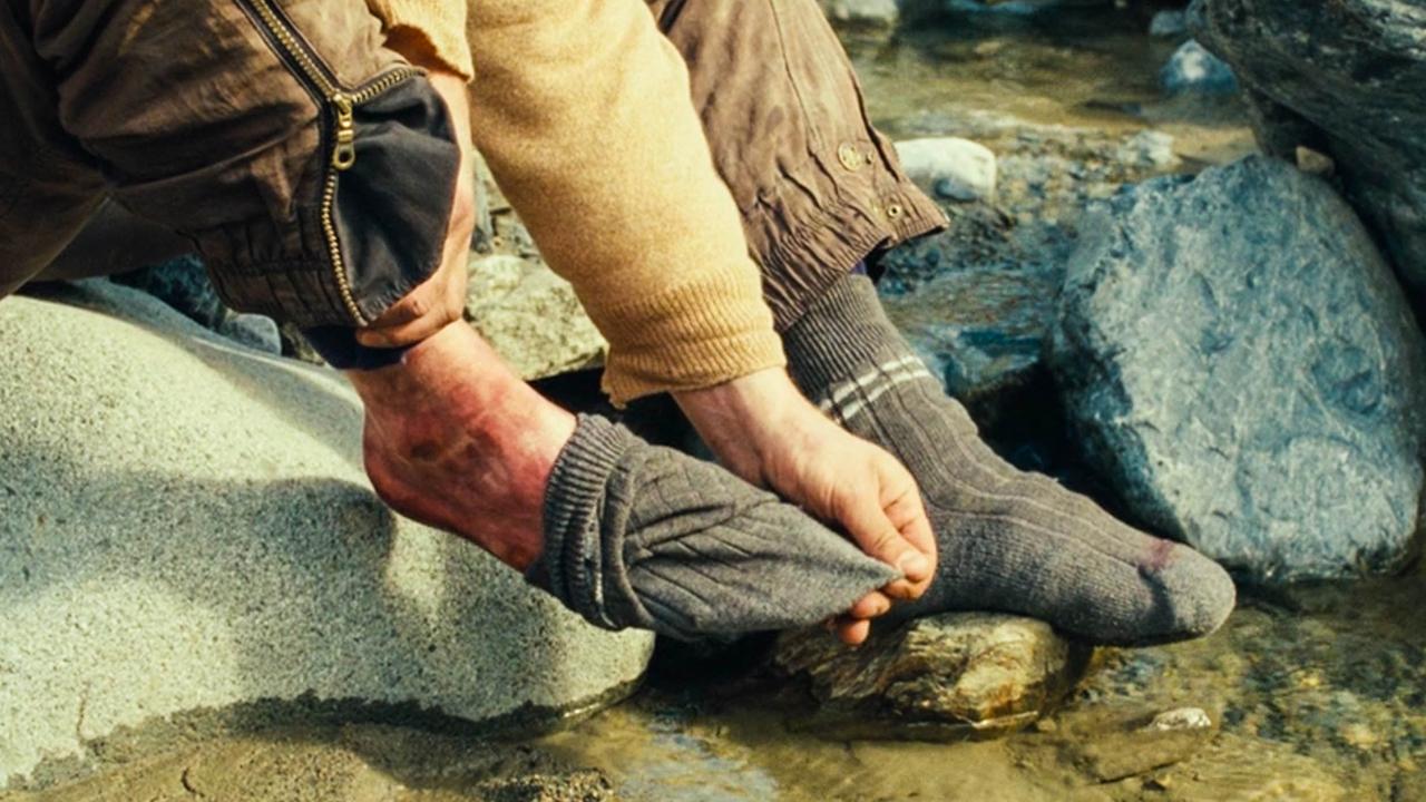 男子被困大山数日,发现脚不舒服,脱下袜子却触目惊心
