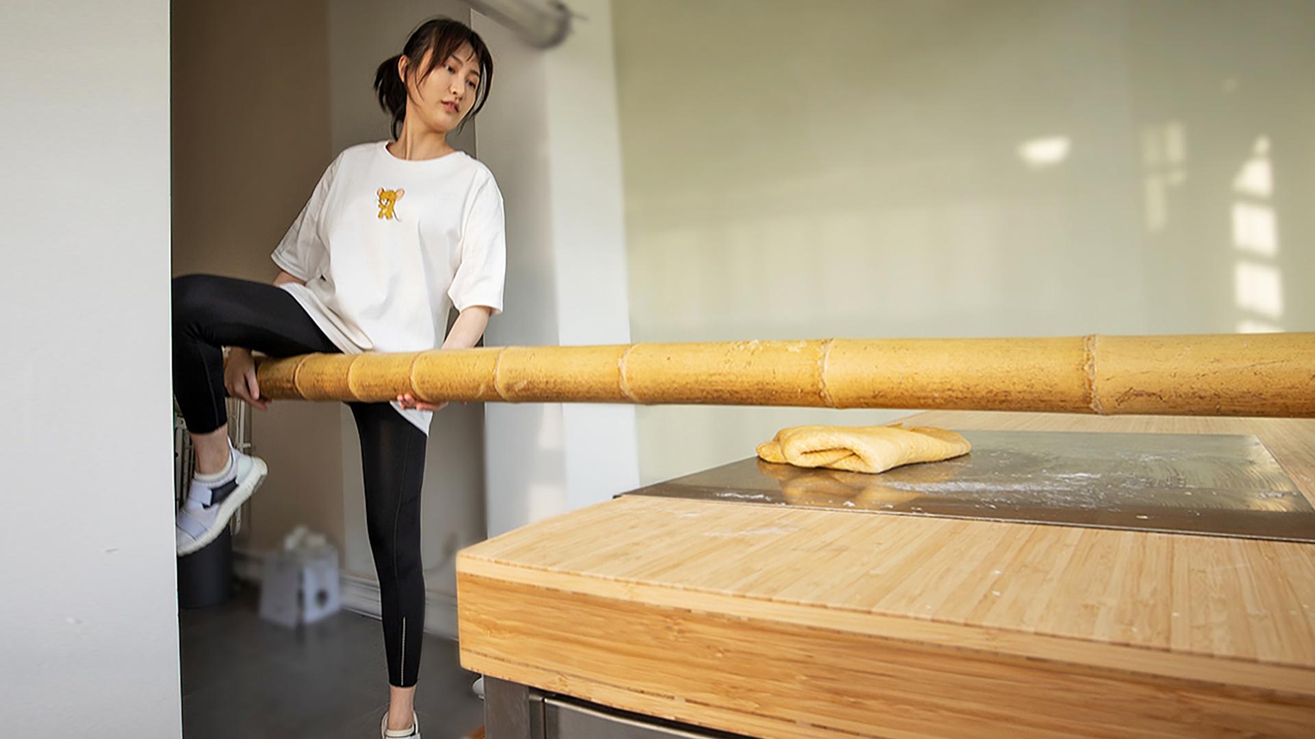 一女子宅家研习竹升压面,拉伤大腿韧带导致行动不便