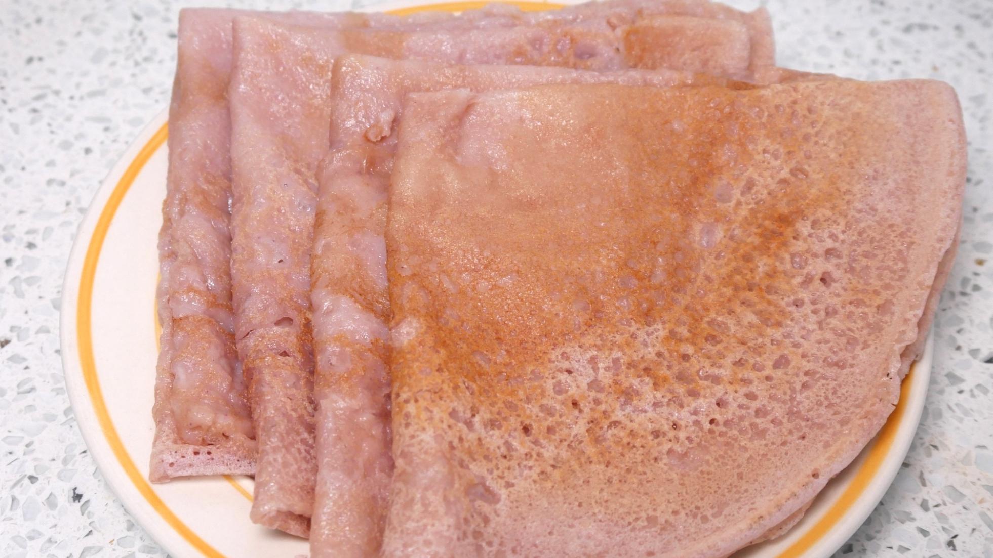 大叔拿高粱面做特色美食,筷子一搅,柔软筋道,比煎饼好吃又营养