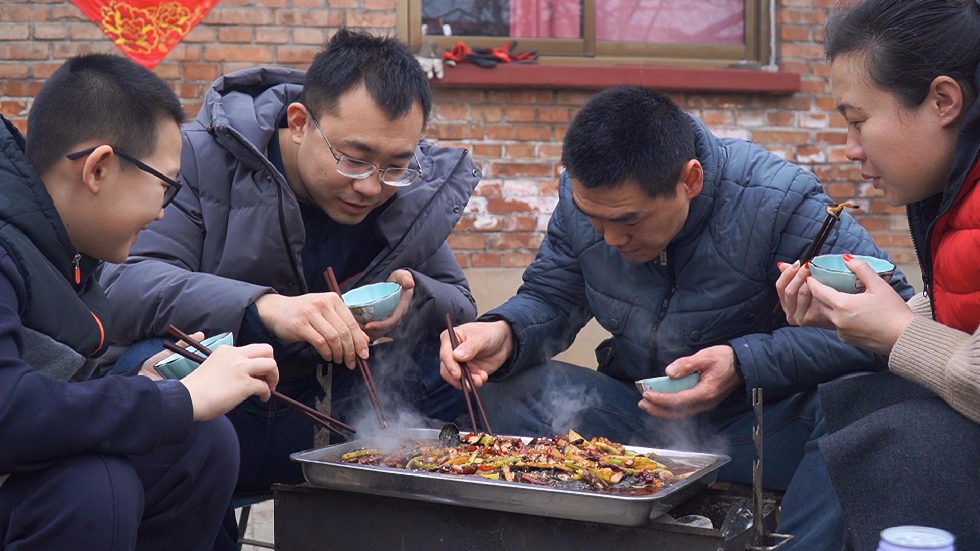阿远今天做炭烤石斑鱼吃,四人围着烤炉,辣的冒汗,吃的过瘾